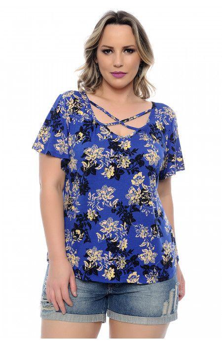 c2a3962c61 Blusa plus size confeccionada em malha viscolycra azul com estampa floral.  Com manga. Decote