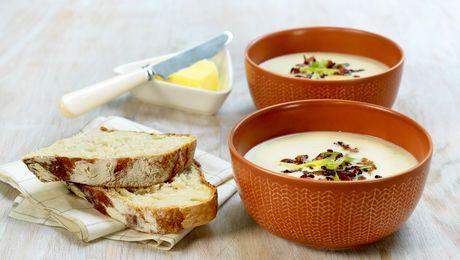 Slik gjør du:1. Rens blomkål og del i mindre buketter. Ha blomkålbuketter, løk, vann, buljong og melk i en kjele. Kok opp og la det koke til grønnsakene er møre.2. Ta ut noen blomkålbuketter fra suppen og kjør resten av suppen jevn med en stavmikser.Smak til med salt og pepper.                             Tilsett gjerne litt fløte eller crème fraiche for en fyldigere suppe. Revet parmesan smaker også utmerket til.              3. Stek bacon sprøtt i en stekepanne, vend inn vårløk og stek…