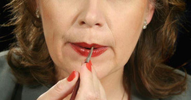 Cómo eliminar las líneas de los labios. Lamerse los labios causa un desgaste lento en tus labios. Conocidas como líneas por lamerse los labios, estas líneas son arrugas que se forman por las enzimas de la saliva. La saliva destruye el tejido suave y, si lames demasiado tus labios durante toda tu vida, aumentarán las probabilidades de que aparezcan estas arrugas. Desafortunadamente, esta ...