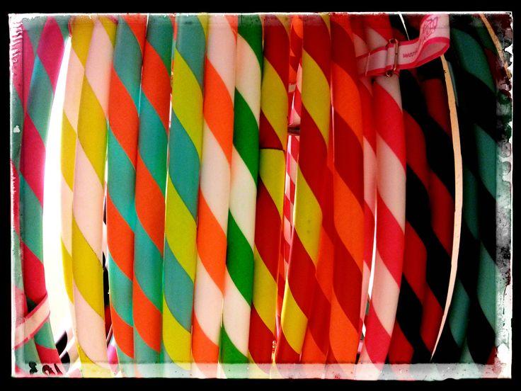 Hola hoops plegables Play, la forma más cómoda de transportarlos y guardarlos. Ahora los tenemos en más combinaciones de colores para elegir. #tienda #malabares #hulahoops