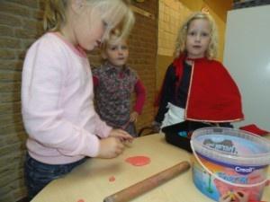 koekjes kleien voor in het mandje van roodkapje
