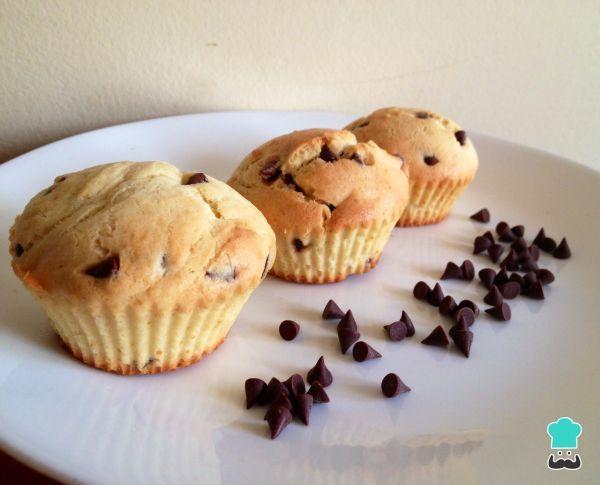 Aprende a preparar muffins de vainilla con chispas de chocolate con esta rica y fácil receta. Alistar todos los ingredientes para los muffins con chocolate....