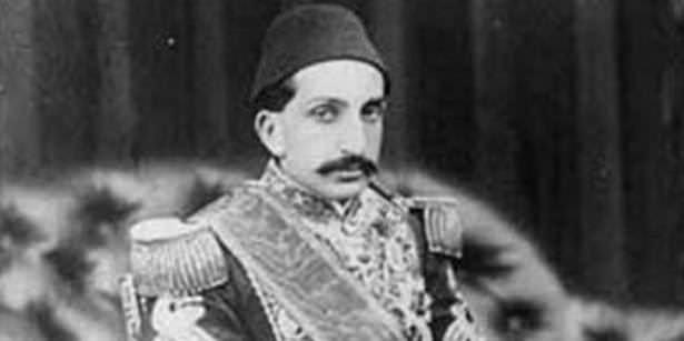 Osmanlı İmparatorluğu'ndan onlarca padişah gelip geçti ama en çok konuşulan hükümdarlardan biri oldu. İşte Osmanlı'nın ilk ve tek anayasasını düzenleyen II.Abdülhamit'in hayatı...21 Eylül 1842