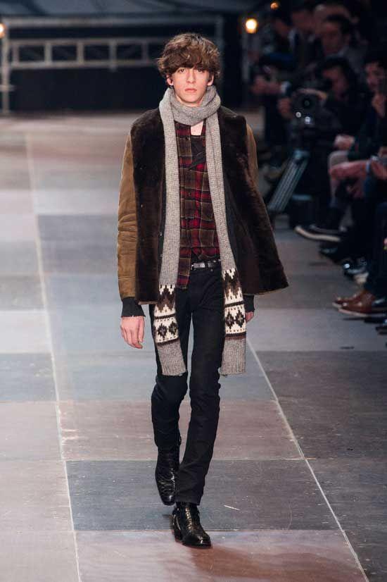 Hedi Slimane ha rivoluzionato il concetto di abito maschile mentre era il direttore creativo di Dior Homme (qui la collezione FW2013). Ora è tornato nell'impero di Yves Saint Laurent e ha rinominato la linea pret-a-porter Saint Laurent Paris.  Leggi tutto: http://www.menchic.it/moda-uomo/saint-laurent-paris-hedi-slimane-debutta-a-parigi-con-la-collezione-fw-2013-18833.html