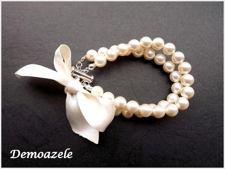 Bratara realizata cu perle Swarovski de 8 mm, nuanta Cream rose Light Pearl.