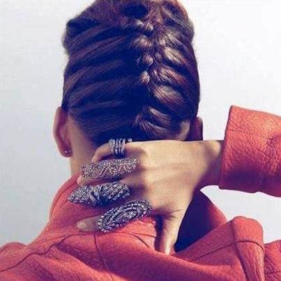 Küçük bir detay tüm görünümünüzü değiştirebilir. Birbirinden şık yüzüklerle kombinlerinize farklı bir hava katıp, stilinizi yansıtabilirsiniz. #fashion #rings #stil #styles #handehaluk www.handehaluk.com