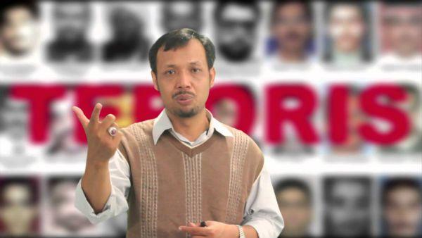 """KIBLAT.NET, Jakarta – Pengamat terorisme Harits Abu Ulya mengatakan kasus tewasnya terduga teroris, Siyono (39 tahun) adalah hal yang sangat memprihatinkan. Bahkan jika tahu kronologinya, tidak salah jika mengatakan bahwa ini tindakan biadab. Saat dibawa pergi oleh kepolisian, Siyono dalam keadaan hidup dan segar bugar. Namun selang beberapa jam berikutnya sudah dalam kondisi tewas. """"Penjelasan …"""