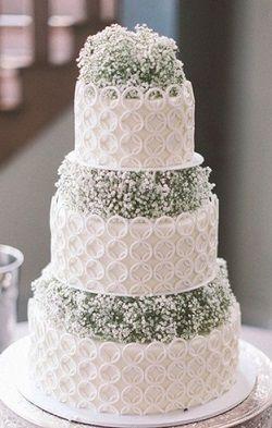 淡いかすみ草をふんだんに使ってピュアなイメージに♡結婚式のロマンチックなウェディングケーキまとめ一覧♡