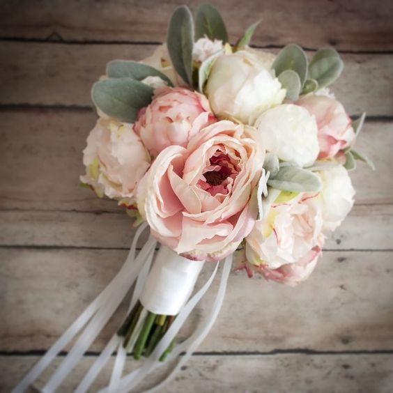 Bouquet da sposa di peonie color rosa quarzo e bianco latte.
