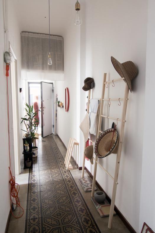 Une entrée qui mixe les styles : des carreaux de ciment pour un style vintage, des luminaires d'inspiration industrielle, des étagères en bois légères