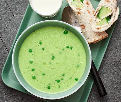 Kvällens middag är busenkel att tillaga och barnsligt god – En krämig och ljuvligt god grönärtssoppa med en mild smak av fänkål. Bakpotatisen gör soppan extra len och vispgrädden rundar av smakerna till perfekt harmoni. Servera den gröna soppan med tunnbrödrullar fyllda med fräsch färskost och krispig gurka. Hoppas det smakar.