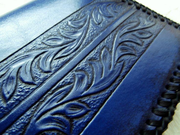 Kožený+blok...jsem+modrý...+Originální+obal+na+zápisník+je+vyroben+z+přírodní+kůže+barvené+modrou+barvou.+Na+přední+straně+je+ručně+ražený+vzor,+který+je+zatřený+speciální+barvou+na+zvýaznění.+Hrany+jsou+patinovány+černou+barvou.+Celý+obal+na+zápisník+je+obšitý+černým+vepřovicovým+páskem.+Tento+obal+vypadá+velmi+hezky+a+luxusně,+blok+velikosti+A6+lze...