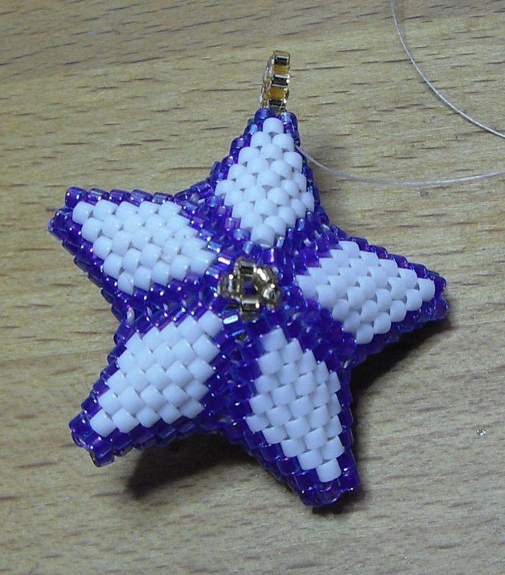 Materiale occorrente:   - delica 11/0 dei colori preferiti   - filo per tessitura con perline   - ago per perline     Si inizia infiland...