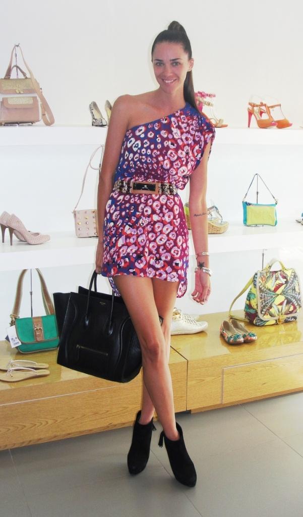 Antoinette Van Dijk  Vestido y cinturón: Jazmin Chebar  Botines: Carmen Steffens  Bolso: Céline  Manillas: Gucci