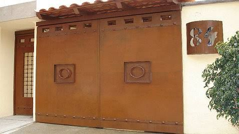 Las 25 mejores ideas sobre portones de hierro forjado en for Portones madera rusticos
