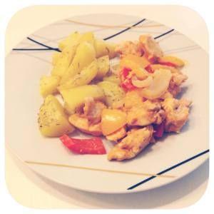 Paprika-Zwiebel-Hühnchen mit Kartoffelspalten aus dem Backofen