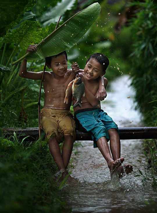 A simplicidade das crianças lhes dão  o tesouro de extrair a felicidade das coisas mais simples --Antonio Lima---.