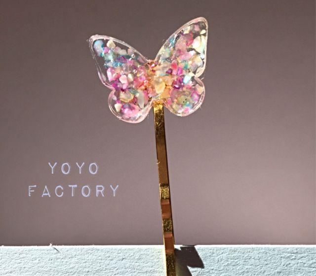 蝶々の形の綺麗なヘアピンです(*^^*)魔法の世界をひらひら飛んでるイメージで作りました!クラッシュシェルをレジンで埋め込んでます。