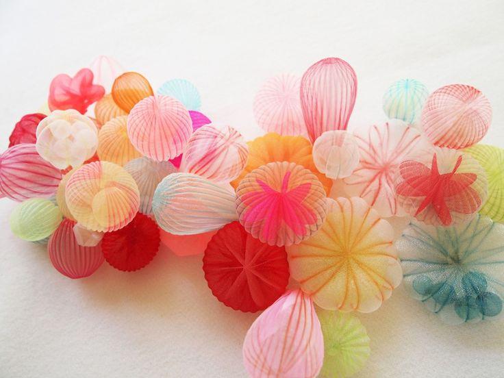 Les oeuvres de l'artiste japonaises Mariko Kusumoto sont délicates et poétiques. L'artiste puise son inspiration dans la natures qui offre une palette infinie de formes et de structures.  Mariko Kusumoto dit de son travail qu'il est ludique, surréaliste, gracieux et inattendu. Elle laisse volontairement une part inachevée pour susciter l'imagination du spectateur. Ses oeuvres sont en majorité fabriquées à partir d'un tissu polyester qui est à la fois délicat et très robuste dans le temps.