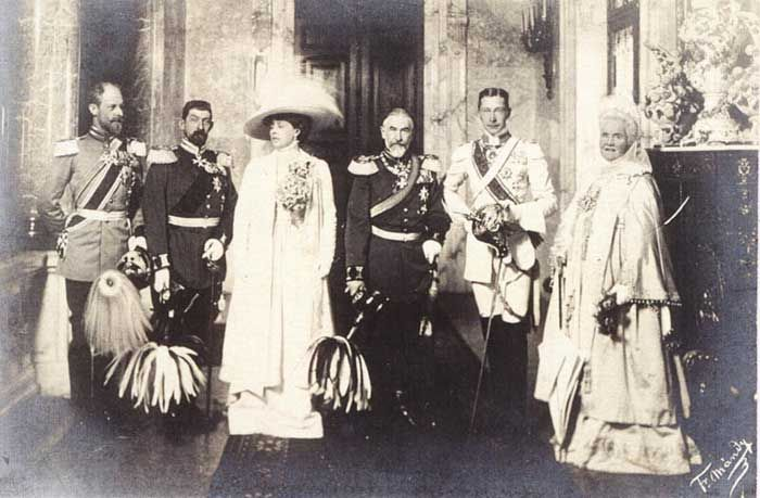 l-r: Prince Karl Anton de Hohenzollern, Crown Prince Ferdinand, Crown Princess Marie, King Charles I, Crown Prince Wilhelm of Prussia, Queen Elisabeth