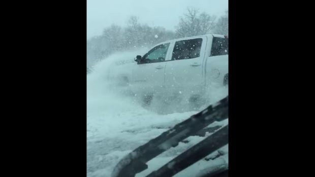 ΕΙΔΙΚΟΤΗΤΑ ΔΙΑΣΩΣΤΗΣ: Οδηγός καταγράφει καραμπόλα 40 αυτοκινήτων σε χιον...