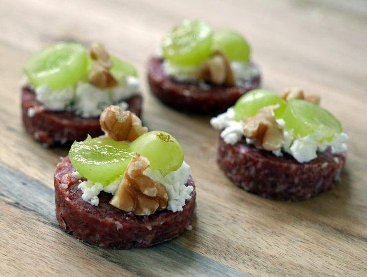 Bekijk de foto van Foodaholicnl met als titel Hapje van cervelaatworst, geitenkaas, druif en walnoten!  en andere inspirerende plaatjes op Welke.nl.