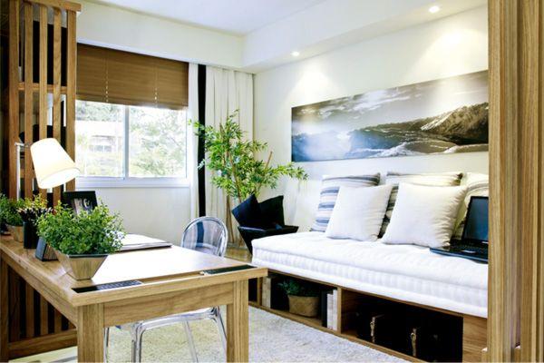 Um futon feito sob medida é o assento e o colchão do sofá-cama. A marcenaria, de madeira freijó, ainda aproveita o espaço inferior com nichos para objetos decorativos ou até mesmo as malas dos hóspedes.