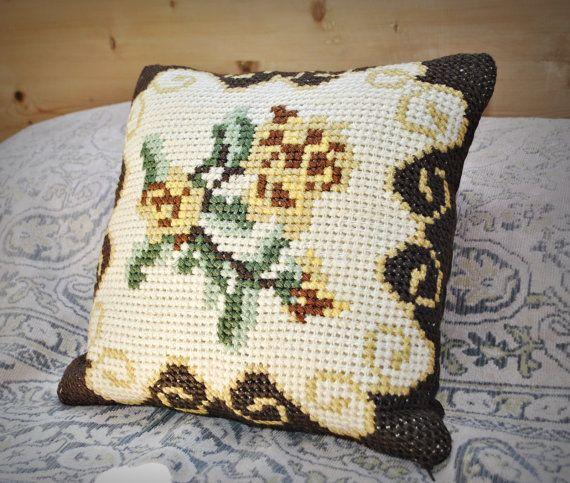Vintage wol cross-stitched geborduurde kussensloop / Zweedse hand geborduurde gooien kussen decoratieve kussen bloemen rozen / bruin
