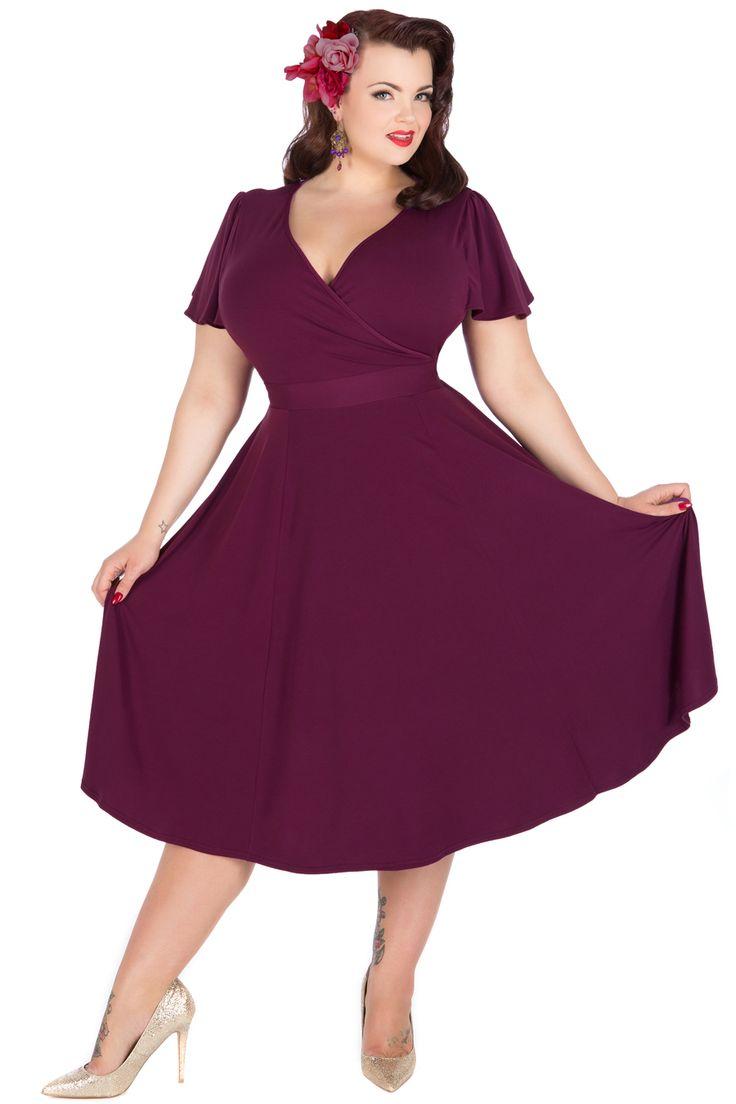 Fialové retro šaty Lady V London Lyra Šaty ve stylu 50. let pro plnoštíhlé dámy. V jednoduchosti je krása, říká se. A tento model je toho jasným důkazem. Krásné šaty, které využijete pro spoustu příležitostí - můžete si v nich vyjít na svatbu, do divadla či jinam do společnosti, ale stejně tak i do zaměstnání. Záleží jen na tom, s jakými doplňky je zkombinujete. Výrazná fialová barva, krátký volnější rukáv, dekolt překřížený, v pase vázačka, velmi příjemný, splývavý materiál (95% polyester…