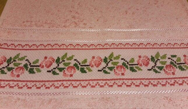 Toalla bordada en punto cruz rosas