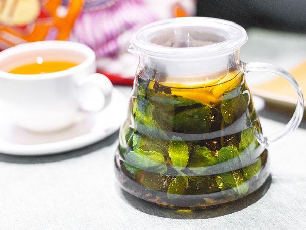 Что может быть лучше придя домой с мороза зимой заварить себе чайник ароматного чая с разными специями? Например, как в рецепте ресторана «Шикари». Корица, анис, лимон, свежая мята – прекрасный микс, который не только согреет, но и поднимет настроение и уменьшит аппетит. Идеально!