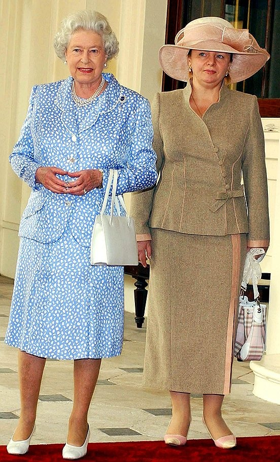 Королева Великобритании Елизавета II и Людмила Путина во время визита в Букингемский дворец. 2003 года