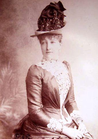"""princesse Stéphanie Clotilde Louise Herminie Marie Charlotte de Belgique qui fut l'épouse  malheureuse de l'archiduc Rudolf (Rodolphe), l'héritier du trône d'Autriche-Hongrie.  Remariée en 1900 au Comte Elemér Lónyay de Nagy-Lónya et Vásáros-Namény  En 1935, elle publia ses Mémoires sous le titre """"Je devais être impératrice"""""""
