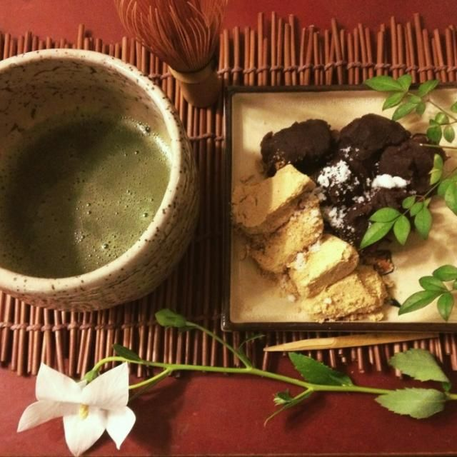 10/29 夜のおうち茶屋。 茶菓子は、父から貰った東京土産の安倍川餅。いい時季なので桔梗椀を使いたかったけれど、先月使ったので銘々皿だけ桔梗のものに。 - 119件のもぐもぐ - 9月のおうち茶屋 by mintlitchi00