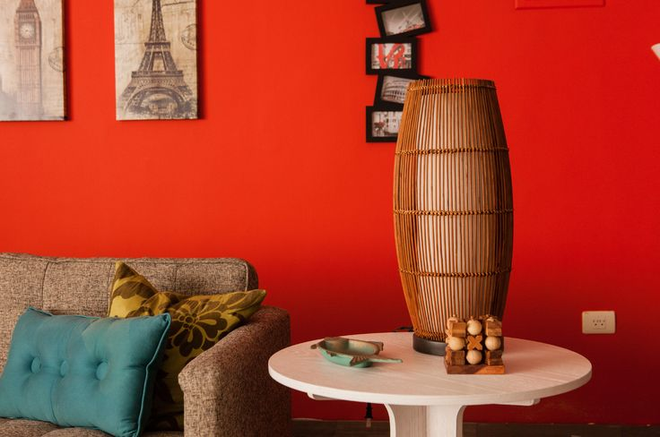 Una lámpara de mesa te sirve tanto para iluminar como para decorar tus ambientes.