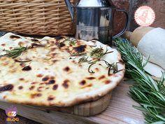 Quando manca il pane o magari si ha solo voglia di qualcosa di sfiziosissimo….questa favolosa pizza bianca veloce senza lievito è perfetta