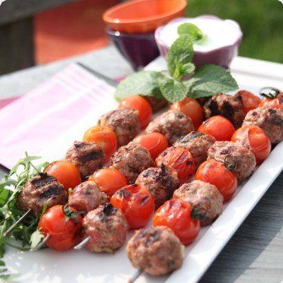 Brochettes de boulettes aux herbes, tomates cocktail, sauce à la menthe