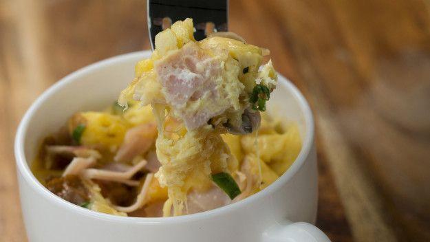 Queijo, presunto, pão e ovo numa caneca só!