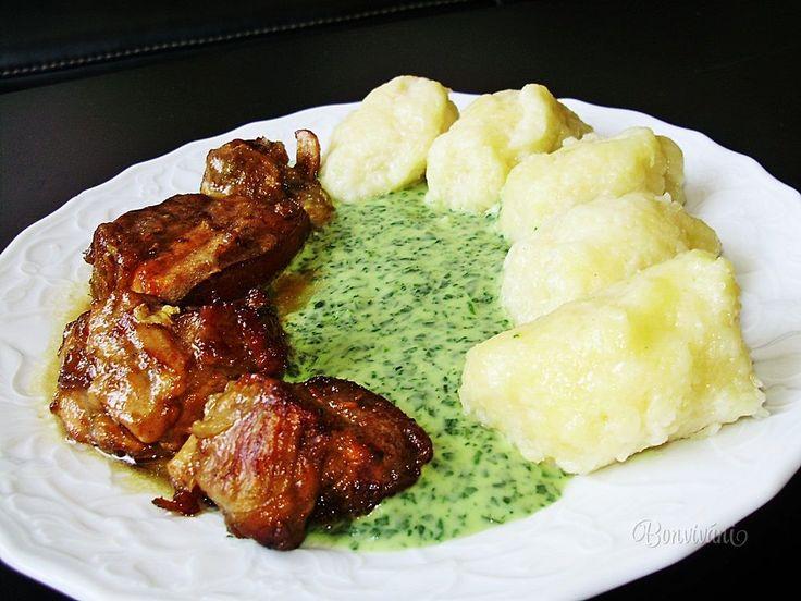 """Medzi obľúbené jedlá """"českých hospůdek"""" neodmysliteľne patrí moravský vrabec. Je to do mäkka upečené bravčové mäso, ktoré je charakteristické svojim hnedým zafarbením. Názov tohto jedla len ťažko preložíte do iných jazykov, ako to už u krajových špecialít býva. Zato chuť moravského vrabca je nezameniteľná."""
