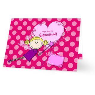 Een verjaardagskaart voor een kind met een fee. De fee vliegt voor een groot roze hart met daarop ''Van Harte Gefeliciteerd!'' in roze letters. De achtergrondkleur is donkerroze met lichtroze stippen. Aan de binnenkant van de verjaardagskaart is de achtergrond hetzelfde met een groot wit vlak voor tekst. Links vliegt de fee met haar hartje. Rechts staat de tekst ''Van Harte Gefeliciteerd!'' weer in roze letters.