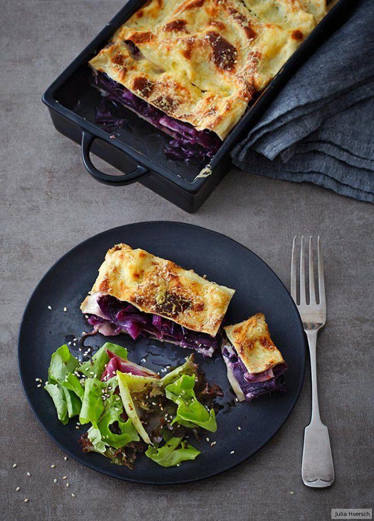 Blaues Kraut setzt süße Akzente, gereifter Gouda würzt gegen an. Und ein zart-bitterer Salat mit Chicorée, Radicchio und zwei Lollos gibt dem Ofenschmeichler aromatisch Kontur.