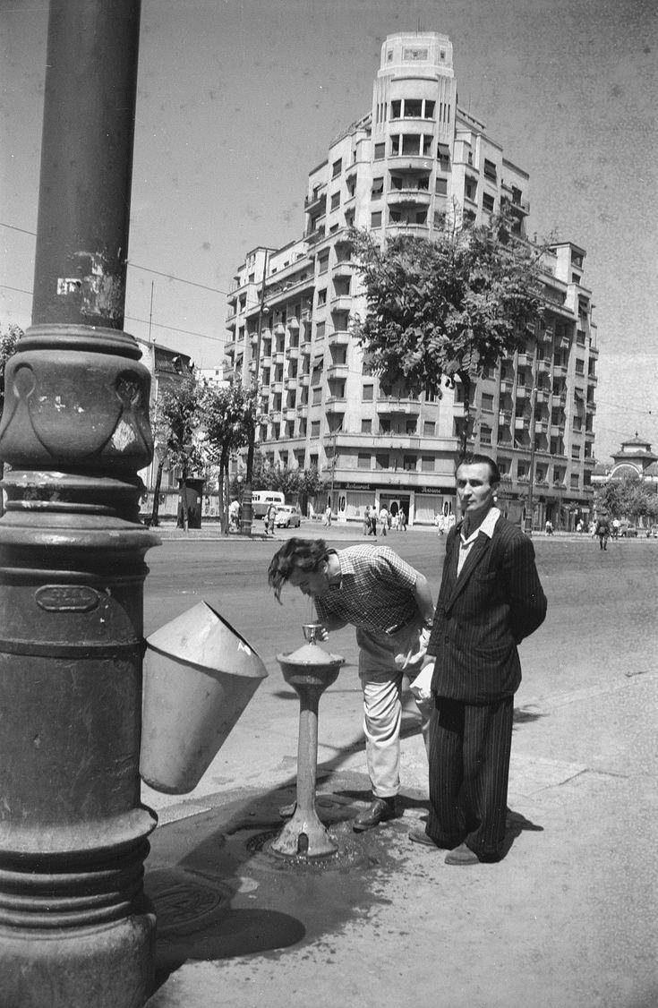 Fuentes públicas, papeleras en las calles. Nada semejante era imaginable diez años antes. (1956)