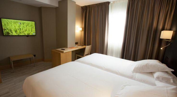 Alójate en el Hotel Plaza, con un fabuloso desayuno en familia incluído, situado en el corazón de la ciudad con todos los servicios a mano.