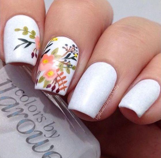 flores y uñas blancas