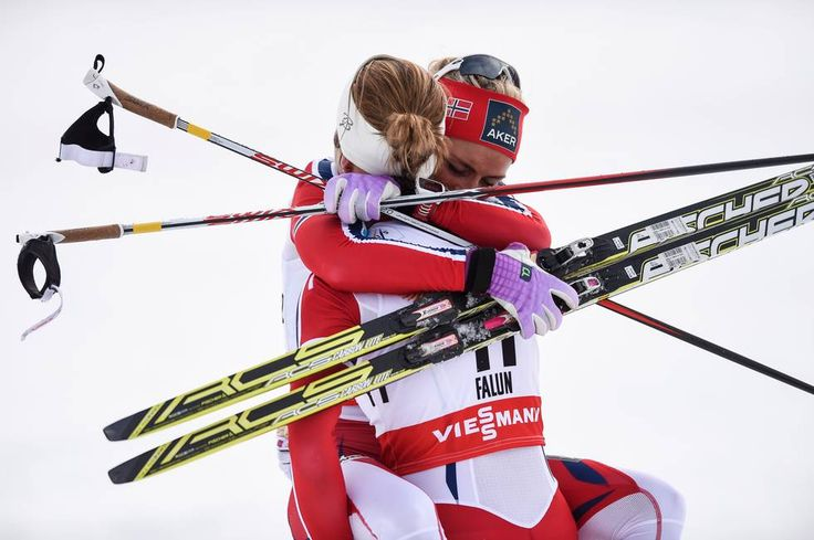 Astrid Urenholdt Jacobsen ga Therese Johaug en god klem etter at de begge tok medalje på 15-kilometeren. (Foto: MARTIN SLOTTEMO LYNGSTAD )
