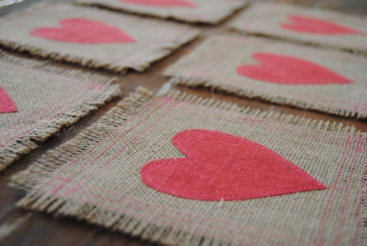 Bajo platos de arpillera con corazón de tela
