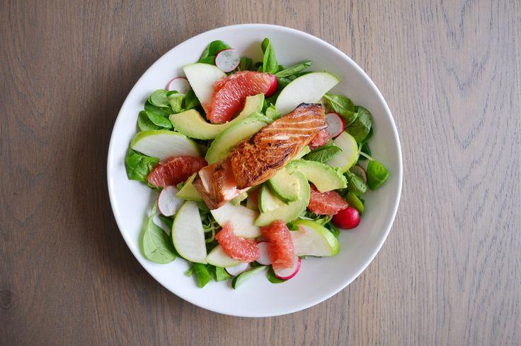 Salade van zalm, grapefruit, avocado, radijs, granny smith en veldsla