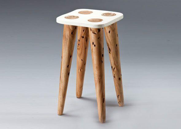 Le designer israélien Yaron Hirsch basé à Tel Aviv a réalisé une chaise, une lampe et une horloge. Il utilise pour cela du bois d'eucalyptus, mais pas n'importe lequel, celui attaqué par des « Longhorned borers » (insectes s'alimentant de bois). Ces petites créatures laissent dans le bois des trous et des tunnels qui servent de décoration et d'inspiration à son projet.