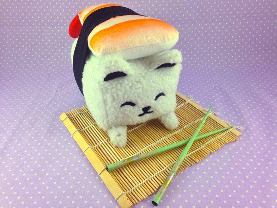 Deze snoezige sushi kat is geïnspireerd door garnalen nigiri stijl sushi. Alles van de aangepaste garnalen minky stof, het pluizig rijst-achtige lichaam, afdrukken en sojasaus paw prints maken deze sushi kat pluche ziet er goed genoeg om te eten. Het is mogelijk te groot om het gebruik van eetstokjes op, maar het is de perfecte maat voor knuffelen!  ☆ Over 6 inch (15.2 cm) lang, 5,5 inch (13.9 cm) breed en 7,5 inch (17,7 cm) lang ☆ Gezicht details gemaakt van vilt zijn gestikt in plaats ☆…
