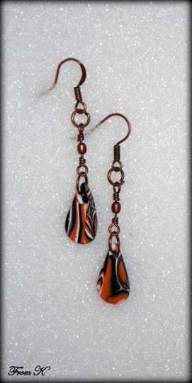 Raindrop shape dangle earrings. This pair of earrings is handmade, made by blending clay for a marbled effect. For everyday wear! Finished with matching copper steel hardware. Drop is about 1,5 cm long, about 6 cm long with ear piece. 7.00 Ron